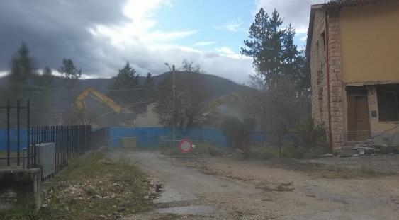 Norcia, demolizioni in corso di edifici danneggiati dal sisma del 2016