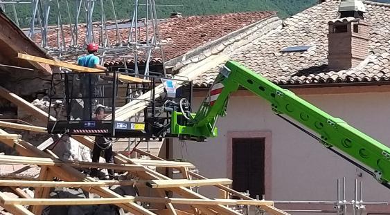 Operai al lavoro in un cantiere della ricostruzione post-sisma