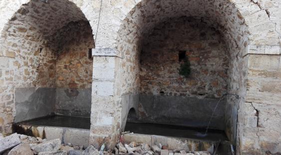 Archi e fonte danneggiati dal sisma del 2016