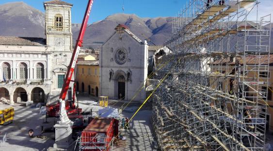 Norcia, piazza San Benedetto durante la messa in sicurezza della basilica danneggiata dal sisma del 2016